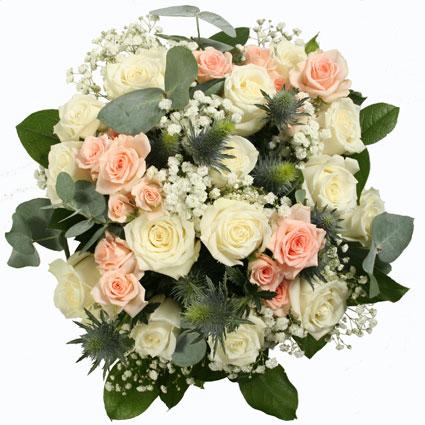 Ziedi ar piegādi. Izsmalcināts pušķis no baltām rozēm, rozā krūmrozēm, baltiem smalkziediem, zilām ežziedēm ar eikalipta
