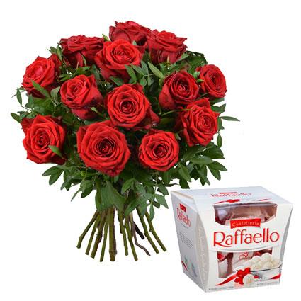 Ziedu pušķis no 13 sarkanām vidēja garuma rozēm ar dekoratīviem zaļumiem un konfektes RAFFAELLO 150 g