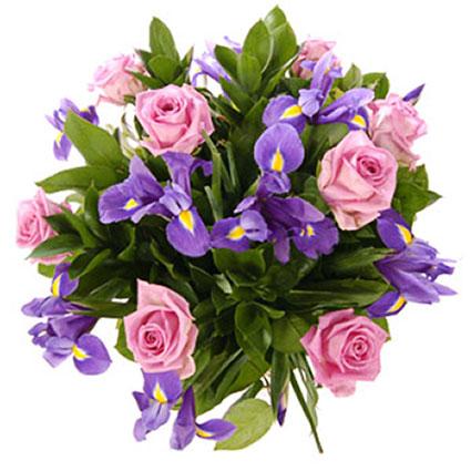 Ziedi Latvijā. Koši zilie īrisi un rozā rozes rada rotaļīgu noskaņu.   Ziedu klāsts ir ļoti plašs. Var gadīties, ka