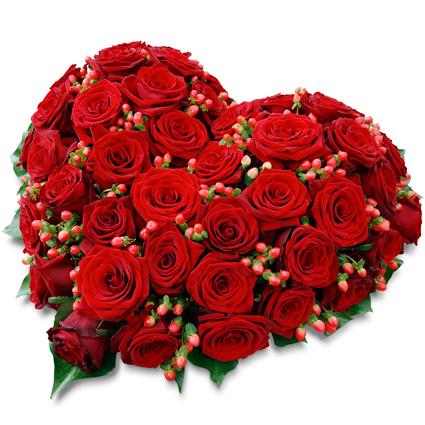 Ziedi un to piegāde. Sarkanu rožu kompozīcija sirds formā.  Sastāvs: 49 sarkanas rozes, dekoratīvas sarkanas ogas,