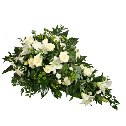 Ziedi. Bēru štrauss veidots no baltām lilijām, baltām rozēm, baltām lizantēm, baltām un zaļām smalkziedu krizantēmām un