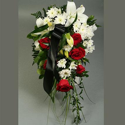 Ziedu piegāde. Sēru pušķis no sarkanām rozēm, baltām lilijām, baltām krizantēmām un dekoratīviem zaļumiem.  Ziedu klāsts