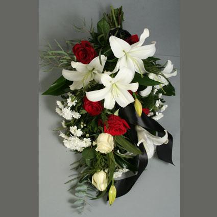 Ziedu piegāde. Sēru pušķis no sarkanām rozēm, baltām lillijām, baltām rozēm, baltām smalkziedu krizantēmām un dekoratīviem