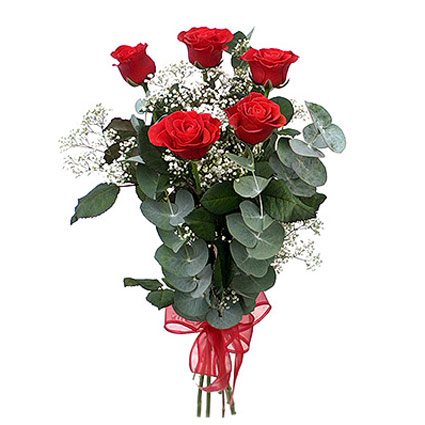 Ziedi Rīga. Pušķī 5 sarkanas rozes, balti dekoratīvi smalkziedi, dekoratīvi zaļumi. Rožu garums 60 cm.