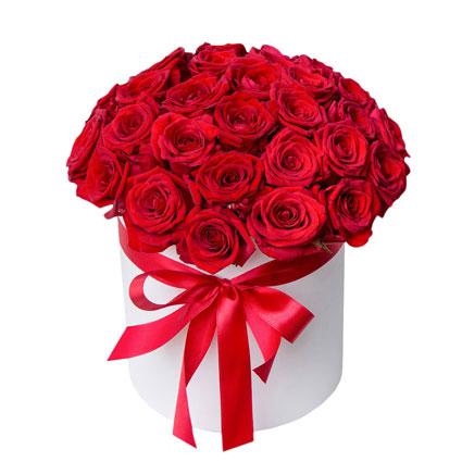 Ziedi ar piegādi. Ziedu kārbā 35 sarkanas rozes.  Ziedu klāsts ir ļoti plašs. Var gadīties, ka izvēlētie ziedi var nebūt