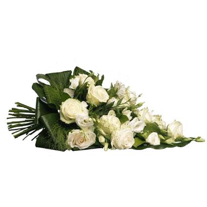Ziedi ar piegādi. Sēru pušķis no baltām rozēm, baltām lizantēm un dekoratīviem zaļumiem.  Ziedu klāsts ir ļoti plašs. Var
