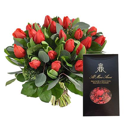 "21 sarkana tulpe pušķī un ""AL MARI ANNI"" tumšā šokolāde ar zemenēm 80 g."