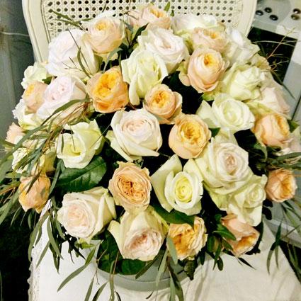 Ziedi ar kurjeru. Pasteļtoņu rozes apaļā kārbā - grezna dāvana. Ziedu kompozīcijā 37 rozes.