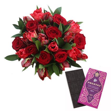 """Букет цветов и """"Prestat"""" тёмный шоколад с малиной"""
