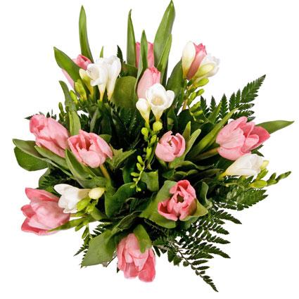 Ziedi un to piegāde. Rozā tulpes un baltas frēzijas ar dekoratīviem zaļumiem pušķī.  Ziedu klāsts ir ļoti plašs. Var