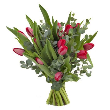 Ziedi ar kurjeru. Pušķī 15 sarkanas tulpes un dekoratīvs eikalipts.  Ziedu klāsts ir ļoti plašs. Var gadīties, ka izvēlētie