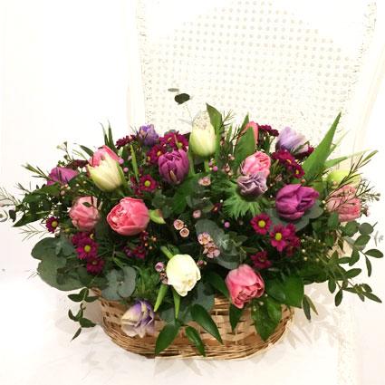 Тюльпаны в цветочной корзине