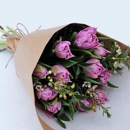 Pavasarīgs violetu tulpju un sezonas zaļumu pušķītis dekoratīvā saiņojumā. ( 11 gab.)