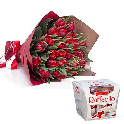 Ziedu pušķis no 19 vai 29 sarkanām tulpēm dekoratīvā iesaiņojumā un konfektes RAFFAELLO 150 g