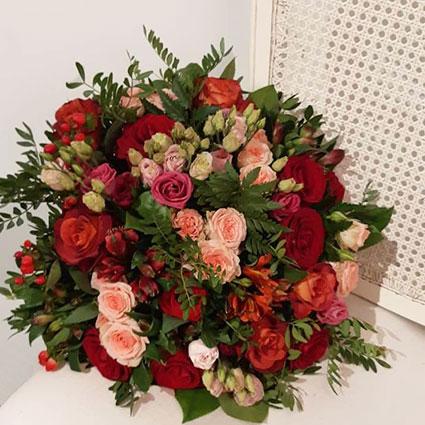 Sārtas rozes, rozā lizantes un sarkanas alstromērijas pušķī ar ziedu piegādi visā Latvijā.