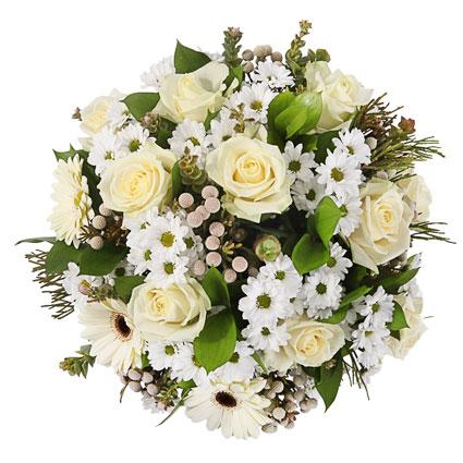 Ziedi ar piegādi - ziedu pušķis no baltām rozēm, baltām gerberām, baltām krizantēmām un dekoratīviem zaļumiem
