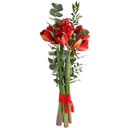 Ziedi Rīga. Pušķī 3 vai 5 sarkani amariļļi dekoratīvā noformējumā.  Ziedu klāsts ir ļoti plašs. Var gadīties, ka izvēlētie