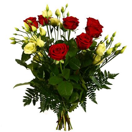 Ziedi ar kurjeru. Pušķī 7 sarkanas rozes, 4 baltas lizantes, dekoratīvi zaļumi.  Ziedu klāsts ir ļoti plašs. Var gadīties,