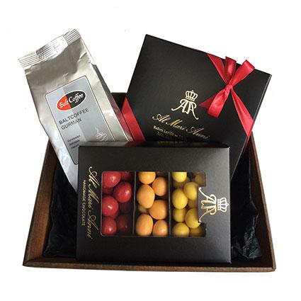 """Dāvanu komplektā: """"AL MARI ANNI"""" šokolādes trifeles (aveņu, karameļu, pistāciju 135 g), šokolādes dražeju asorti"""