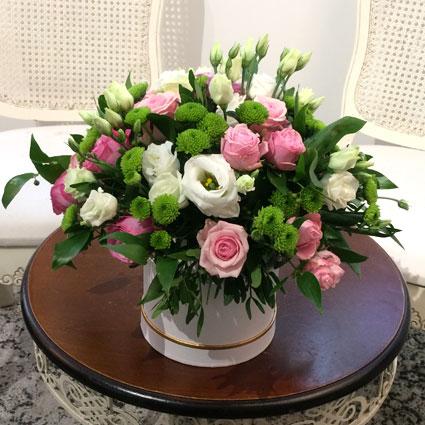 Rozā rozes, rozā krūmrozes, baltas lizantes, zaļas smalkziedu krizantēmas un dekoratīvi zaļumi ziedu kastītē - ziedu piegāde ar kurjeru.