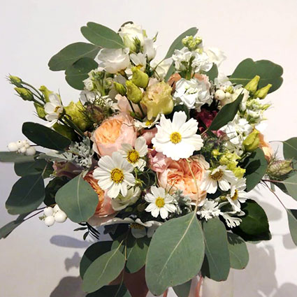 Ziedu piegāde Rīgā. Romantisks līgavas pušķis ar greznajām David Austin rozēm.  Kāzas ir īpašs notikums un katrs līgavas