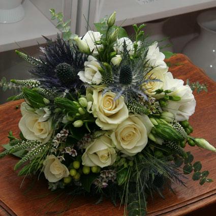 Ziedi Latvijā. Līgavas pušķis no baltiem ziediem - rozēm, lizantēm, frēzijām un dekoratīviem smalkziediem.   Kāzas ir