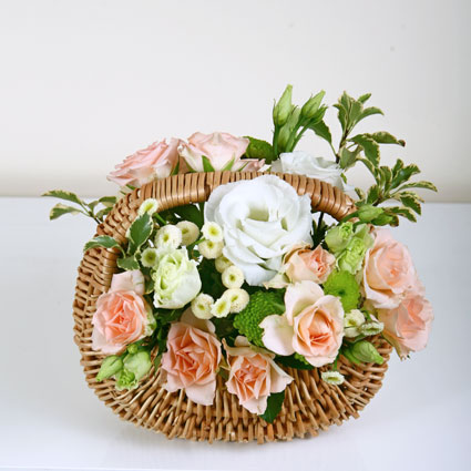 Небольшая цветочная корзинка с кустовыми розами, лизиантусом и мелкой хризантемо