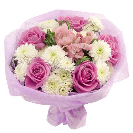 Ziedi. Ziedu pušķis dekoratīvā saiņojumā no rozā rozēm, baltām krizantēmām un rozā alstromērijām.
