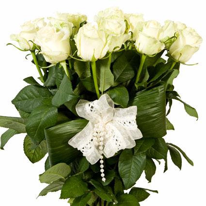 Ziedu piegāde Rīgā - 11 baltas rozes un baltu mežģīņu dekors, rožu garums 60 cm