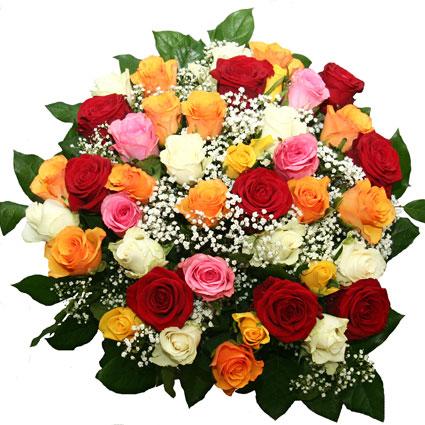 Ziedu veikals. Pušķī sarkanas rozes, oranžas rozes, dzeltenas rozes, rozā rozes, baltas rozes, balti smalkziedi, dekoratīvi