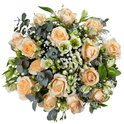 Ziedu piegāde Latvijā. Romantiskajā ziedu pušķī maigas krāsu pārejas veido krēmīgu rožu, baltu alstromēriju, lizanšu un