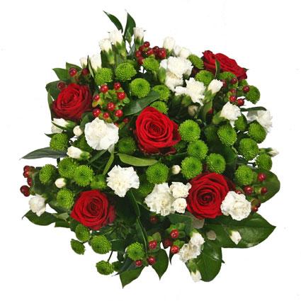 Ziedi pušķī, kura sastāvā ir sarkanas rozes, baltas smalkziedu neļķes, zaļas krizantēmas, dekoratīvas ogas, dekoratīvi zaļumi