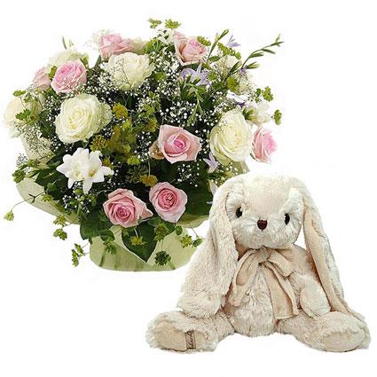 Ziedi ar piegādi. Ziedu pušķis no baltām un rozā rozēm un balts rotaļzaķītis no Bukowski 40 cm.  Ziedu klāsts