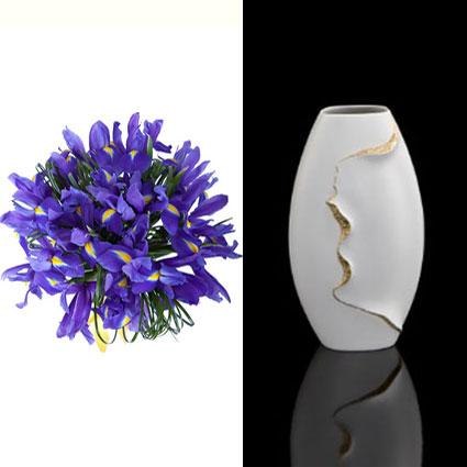 Ziedi Rīga. 15 zili īrisi ar dekoratīviem zaļumiem pušķī un balta Kaiser Porzellan 1872 porcelāna vāze