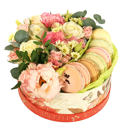 Dāvanu kārba ar ziediem un makarūniem