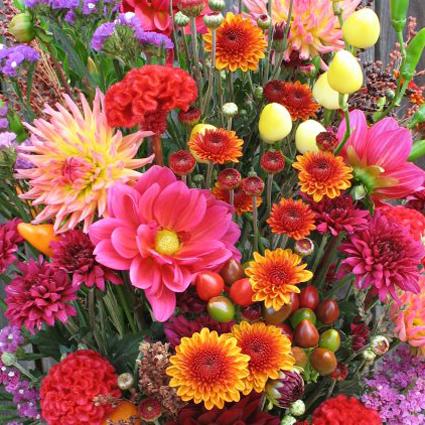 Букет - сюрприз из сезонных цветов