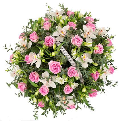 Ziedu veikals. Bagātīgi ziedošs dārzs- kā pasakā. Kompozīcija grozā ar baltām orhidejām, rozā rozēm, baltām alstromērijām