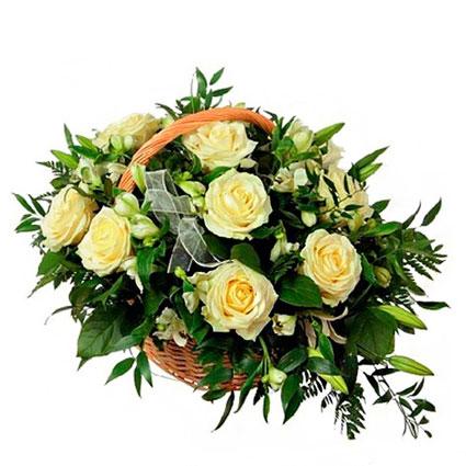 Ziedi Latvijā. Ziedu kompozīcija grozā gaišos toņos. Sastāvs: baltas rozes, smaržīgās lillijas un baltas alstromērijas ar