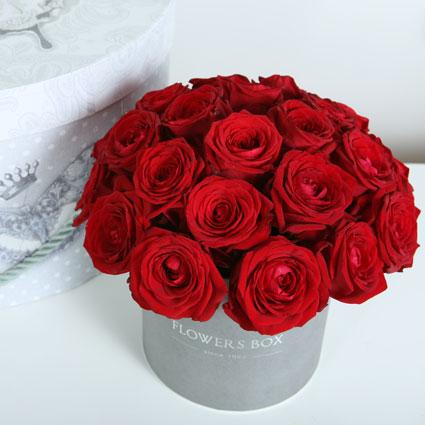 Ziedi ar piegādi. Ziedu kārbā 21 sarkana roze.