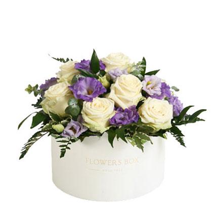 Ziedi Rīgā - ziedu kārbā gaišas rozes, zilas lizantes un dekoratīvi zaļumi 30 cm garumā