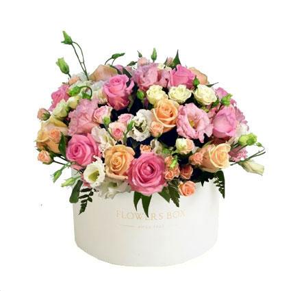 Ziedi ar kurjeru. Ziedu kārbā rozā un kremkrāsas rozes, baltas krūmrozes, baltas un rozā lizantes.  Ziedu klāsts ir ļoti