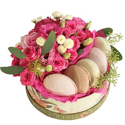 Ziedi ar kurjeru. Apaļā dāvanu kārbā 5 krāsaini makarūni un ziedi: rozā krūmrozes, rozā lizantes, krēmkrāsas smalkziedu