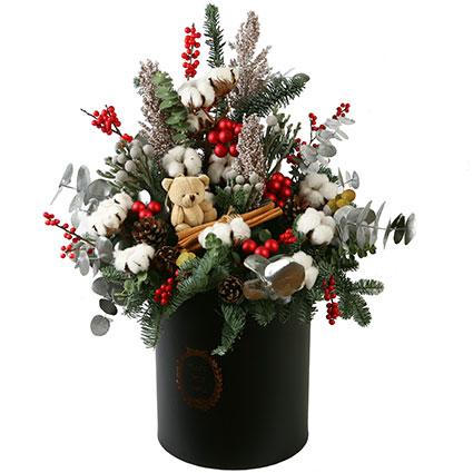 """Kompozīcija Ziemassvētku noskaņā ziedu kārbā: beltegles zari, kokvilnas """"ziedi"""""""