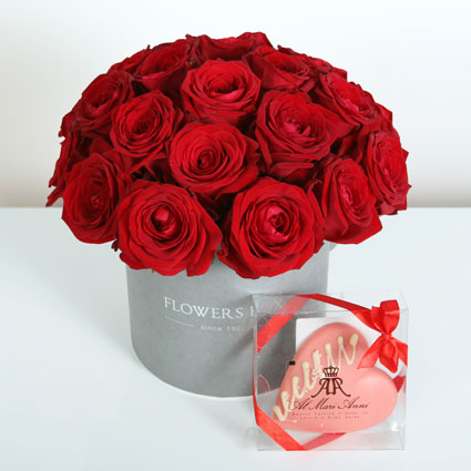 Flower delivery Latvia. Flower box of 21 red roses and white chocolate heart AL MARI ANNI (50 g). Al Mari