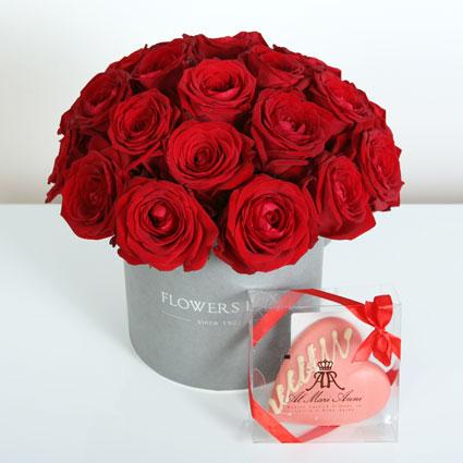 Ziedu piegāde Rīgā. Ziedu kārbā 21 sarkana roze un baltās šokolādes sirds AL MARI ANNI (50 g). Al Mari