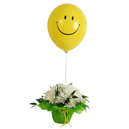 Ziedi. Baltu krizantēmu kompozīcija keramikas podiņā ar dzeltenu smaidiņa balonu.   Ziedu klāsts ir ļoti