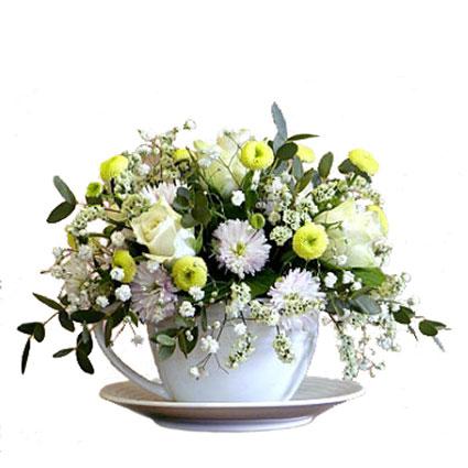 Ziedu piegāde Rīgā. Ziedu kompozīcijas sastāvs: baltas rozes, baltas sīkziedu krizantēmas, balti, dzelteni un zaļi