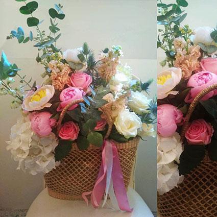 Vasarīga ziedu kompozīcija pītā somā