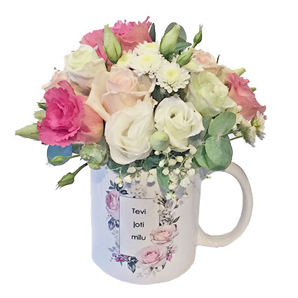 """Романтическая композиция цветов в кружке с надписью """"Tevi ļoti mīlu"""" (Я тебя очень люблю)"""