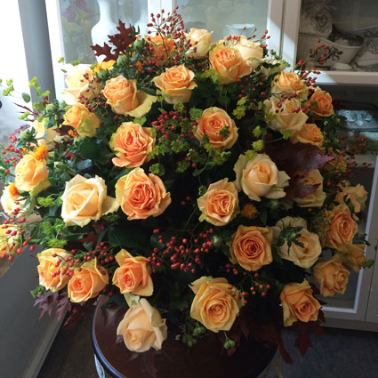 Flowers delivery. Flower delivery in Riga. Abundant bouquet of creamy roses, decorative berries and seasonal foliage. The